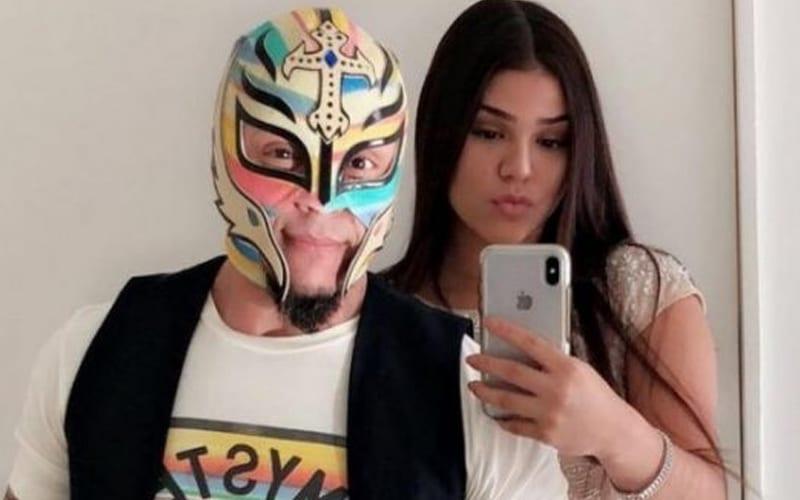 rey-mysterio-daugher-aalyah-selfie
